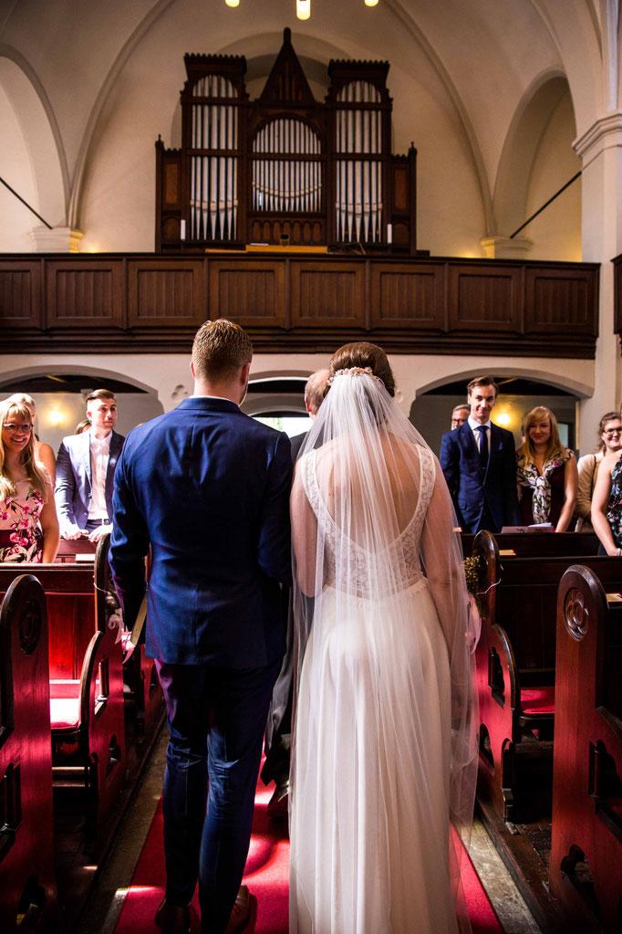 Auszug aus der Kirche, übersichtsaufnahme der Kirchlichen Hochzeit, Kirchenhochzeit, Hochzeit in der Kirche, Hochzeitsfotograf
