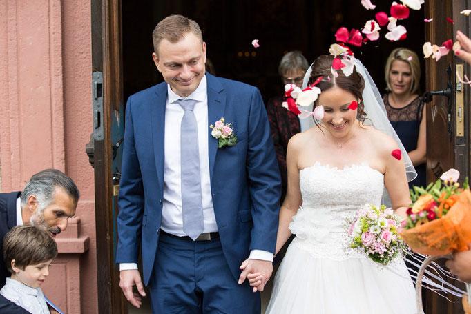 Auszug aus der Kirche nach der Hochzeit, Kirchliche Hochzeit, Kirchenhochzeit, Hochzeit in der Kirche, Hochzeitsfotograf