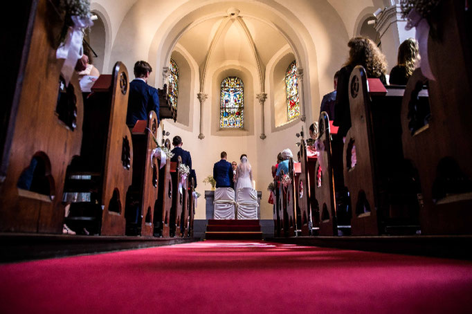 übersichtsaufnahme der Kirchlichen Hochzeit, Froschperspektive, Kirchenhochzeit, Hochzeit in der Kirche, Hochzeitsfotograf
