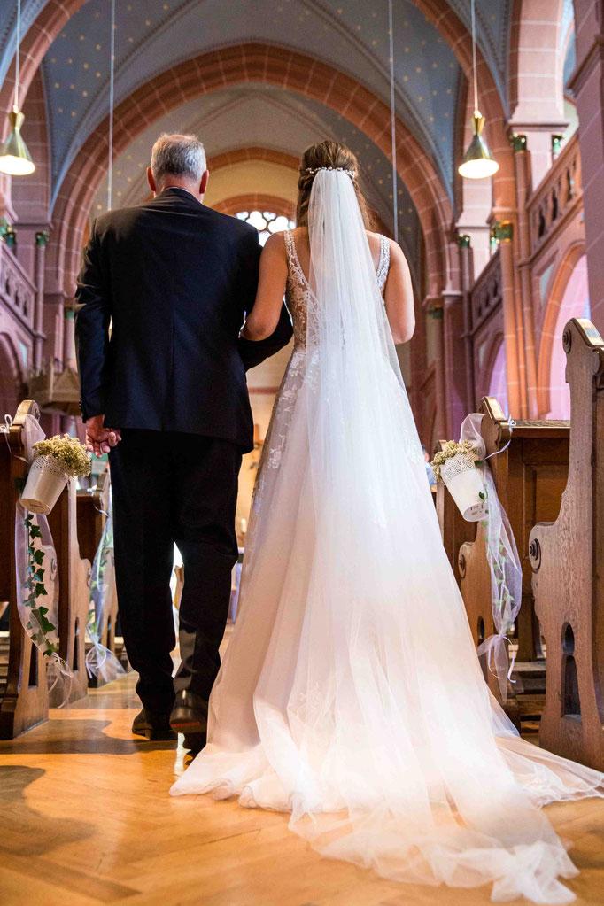 Einzug zur Hochzeit mit dem Vater der Braut, Kirchliche Hochzeit, Kirchenhochzeit, Hochzeit in der Kirche, Hochzeitsfotograf