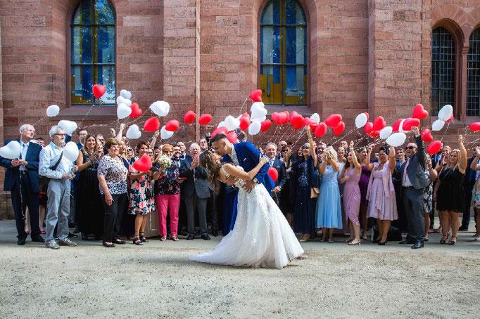 Gruppenbild vor der Kirche, Kirchliche Hochzeit, Kirchenhochzeit, Hochzeit in der Kirche, Hochzeitsfotograf