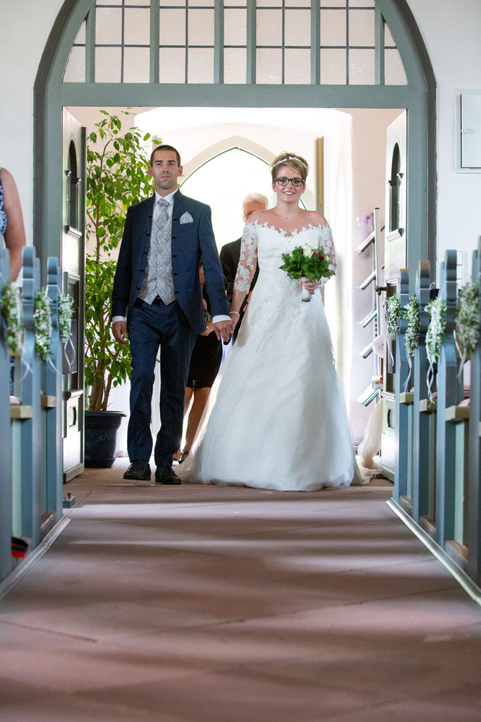Braut betritt die Kirche an ihrer Hochzeit, Braut schreitet zum Altar, Hochzeit in der Kirche