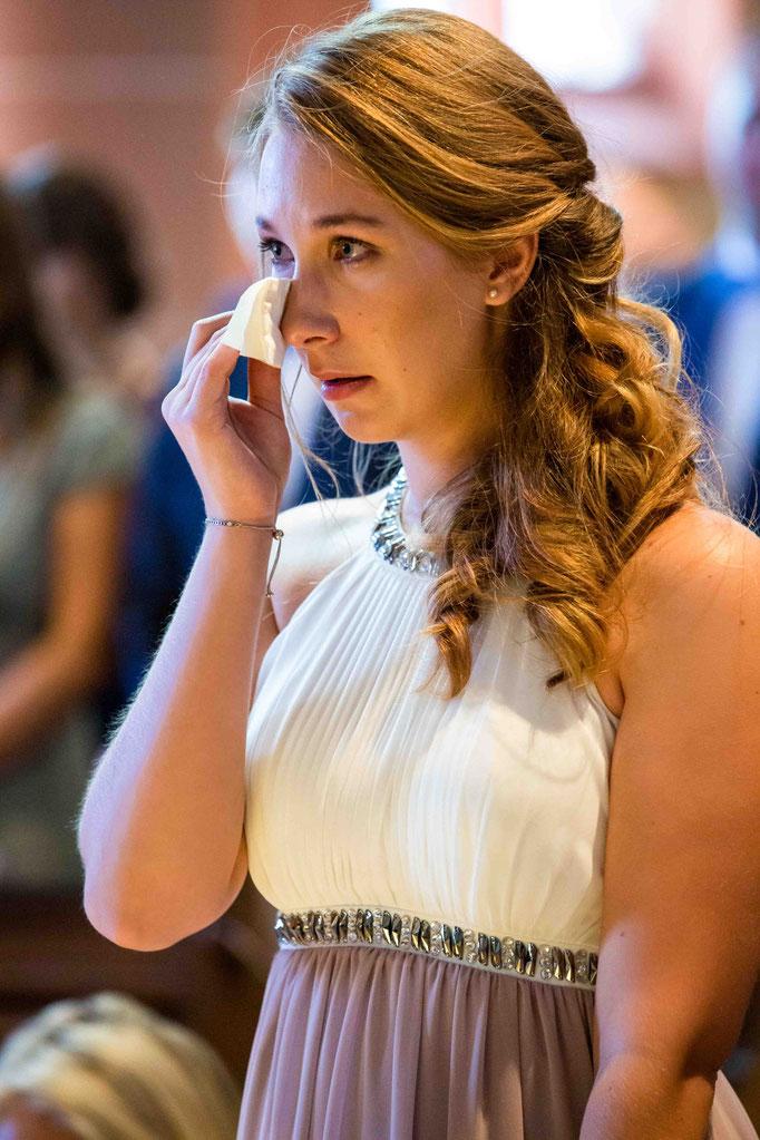 Tränen der Trauzeugin in der Kirche, Kirchliche Hochzeit, Kirchenhochzeit, Hochzeit in der Kirche, Hochzeitsfotograf