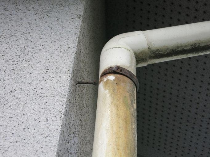 竪雨樋/退色、支持金具腐食