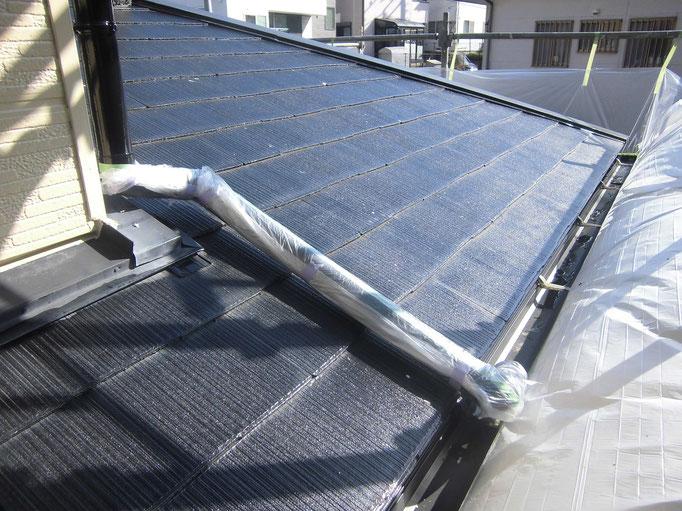 屋根(コロニアル)/高圧洗浄、下地処理後、下塗り塗装をします。