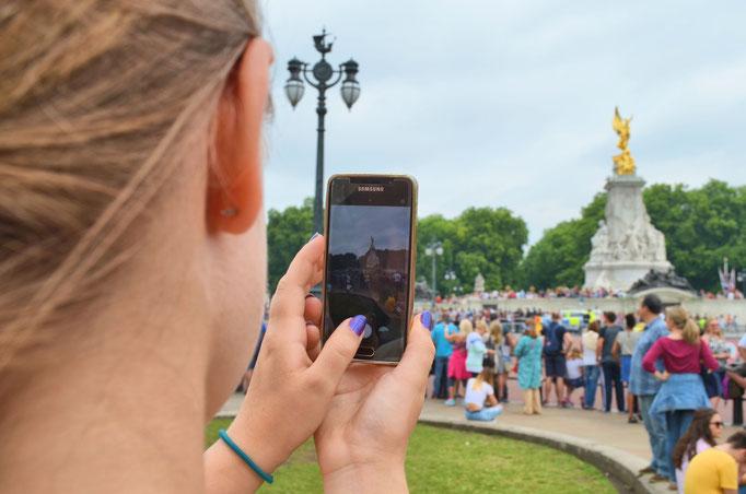 Fotoshooting auf Reisen in London, hier am Victoria Memorial vor dem Buckingham Palace © Dorothee Hoppe, theelightphotography