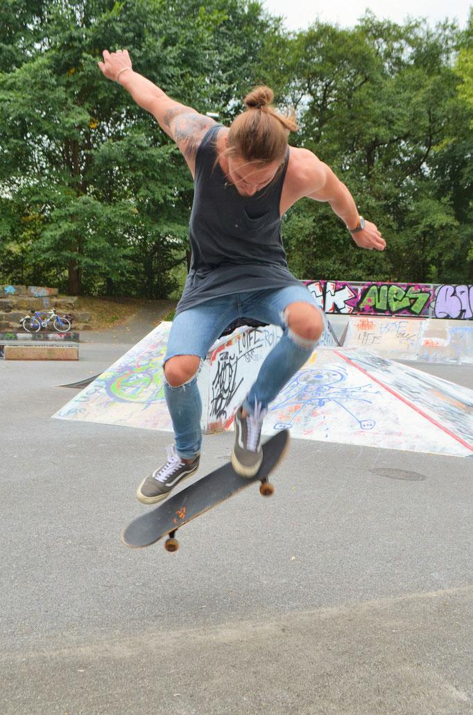 Skatertricks beim Fotoshooting mit Marcel Schiffmann  © Dorothee Hoppe, theelightphotography