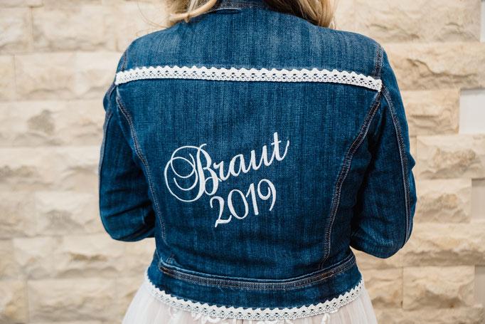 Personalisierte Jeansjacke für Bräute - individuell bestickt mit Wunschtext und Spitze