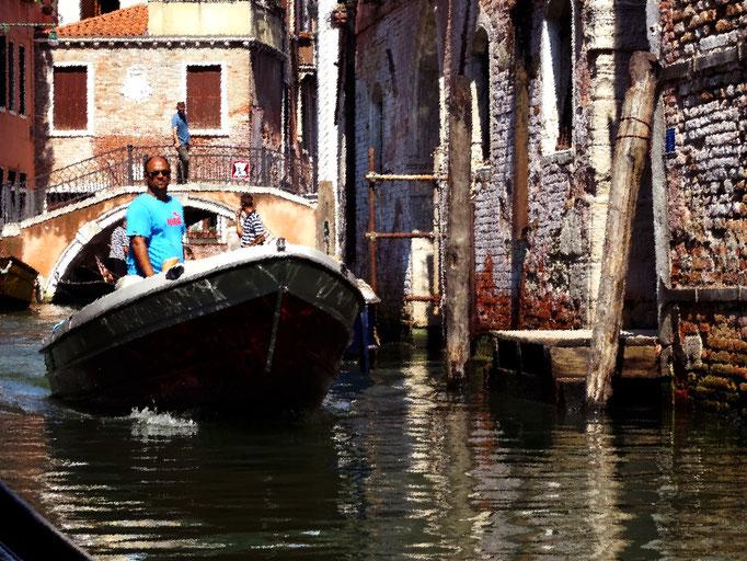 Bateau à moteur sur canal, Venise, Italie