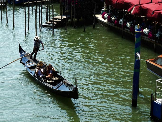 Gondolier navigant sur canal, Venise, Italie