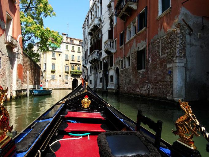 Gondole navigant sur canal, Venise, Italie