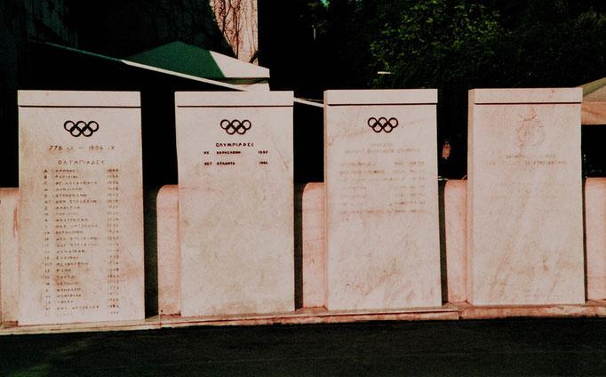 Colonnes recueillant les dates des Olympiades, de 1896 à nos jours, Athènes, Grèce