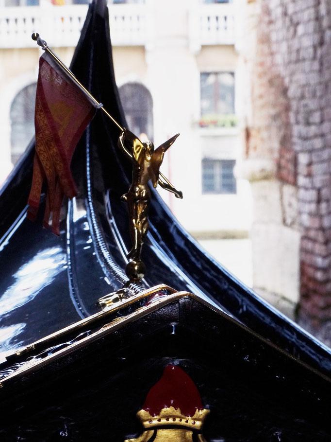 Proue de gondole sur paysage vénitien, Venise, Italie