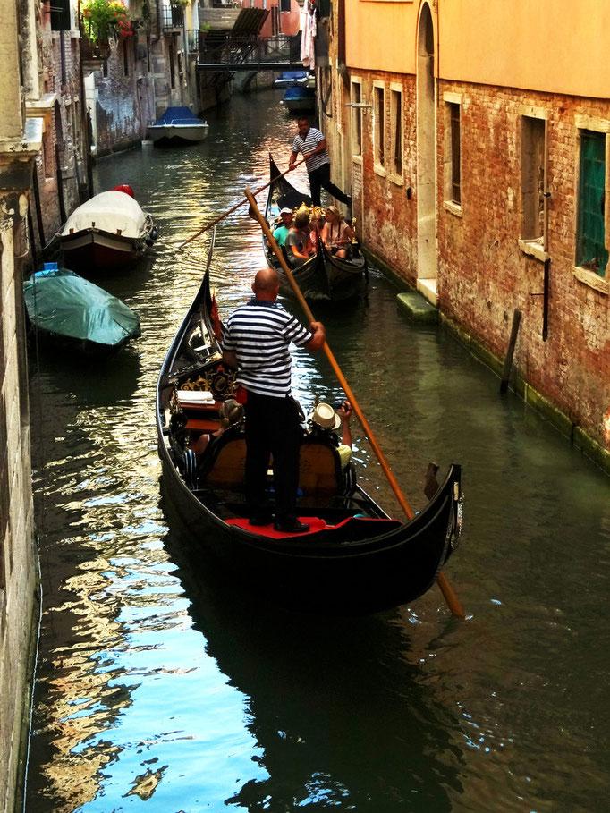 Trafic de gondoles sur canal vénitien, Venise, Italie
