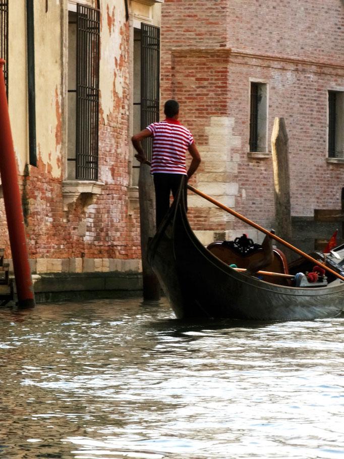 Gondole sur canal vénitien, Venise, Italie