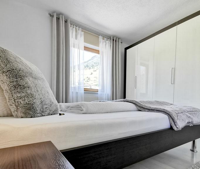 Schlafzimmer - Outdoorlodge Nauders - wundervoller Ausblick auf die Tiroler und Schweizer Alpen