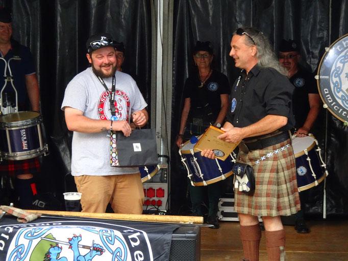 McCheese ist frischgebackener Papa und erhält vom Clan ein Geschenk