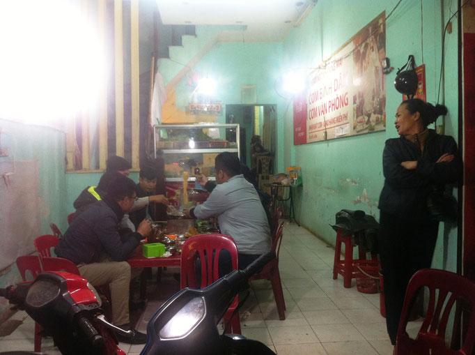Blick in ein Restaurant in Hanoi