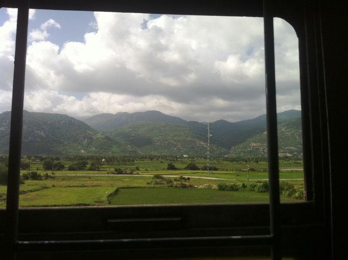 Aus dem Zug von Hanoi nach Ho-Chi-Minh-Stadt