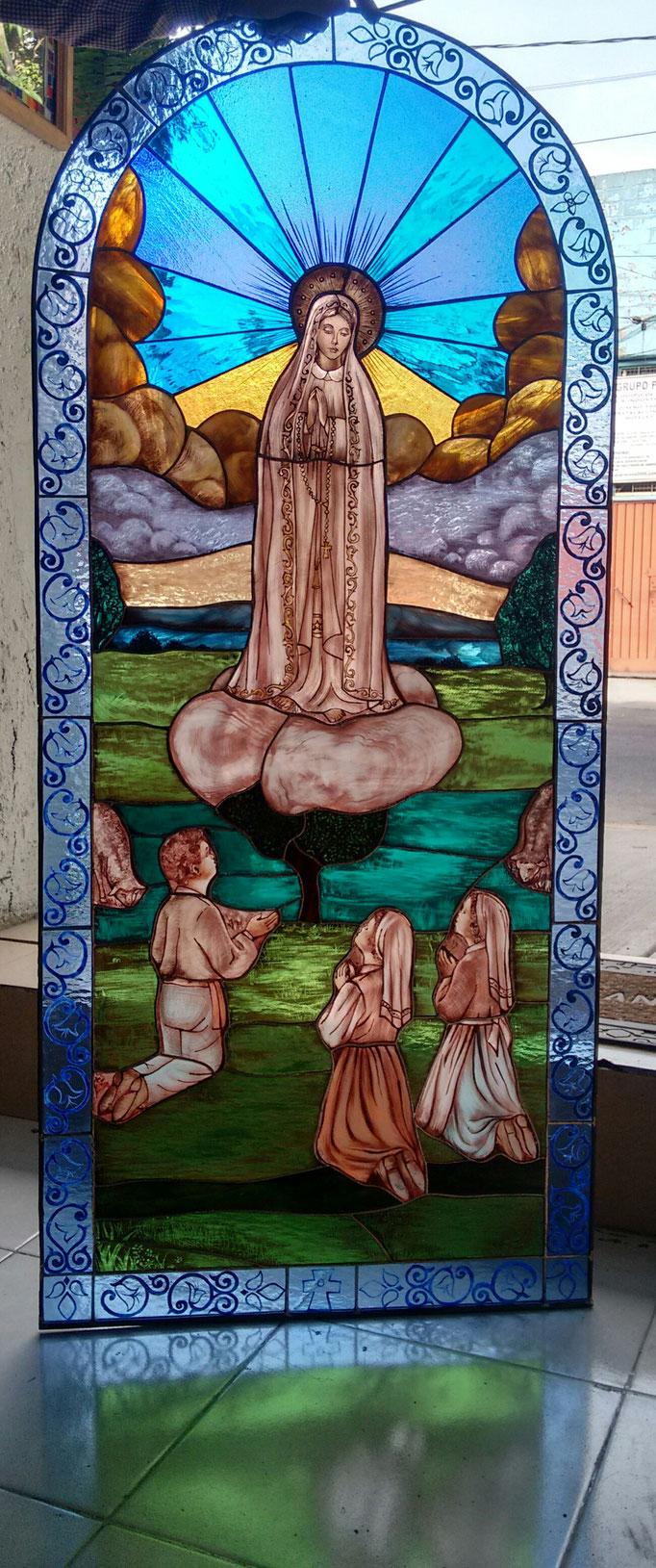 Virgen de Fatima, Vitral en cinta de cobre y grisalla, 150 x 90 cms,