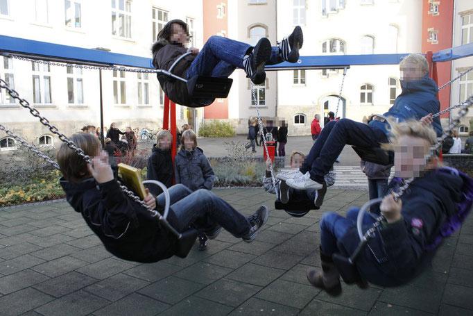 Schaukeln auf dem Schulhof, Foto: Tobias Aschenbrenner