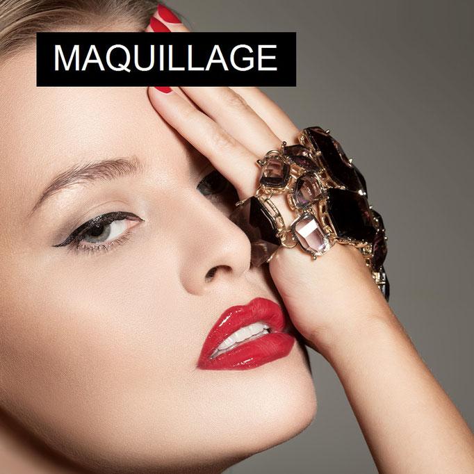 Maquillage, femme, bijoux fantaisie, rouge à lèvres