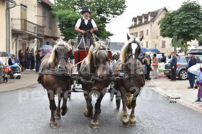 Défilé de calèches anciennes dans les rues de Villeneuve d'Aveyron  le 09 Juin 2019 - Chevaux de trait 3 de front