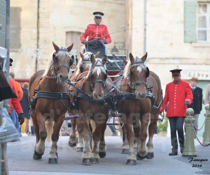 Défilé dans les rue d'UZES de calèches anciennes - attelage arbalète (5 chevaux Comtois)
