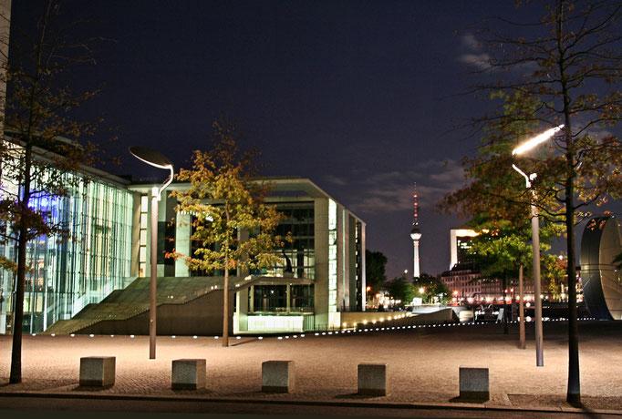"""Nocna perspektywa od Reichstagu na """"Alex"""" wzdluz Sprewy"""