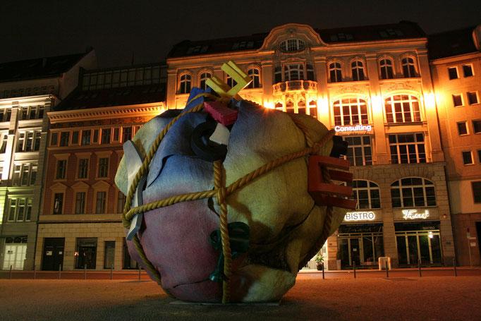 Pomnik emigrantow przedstawiajacy spakowany dobytek
