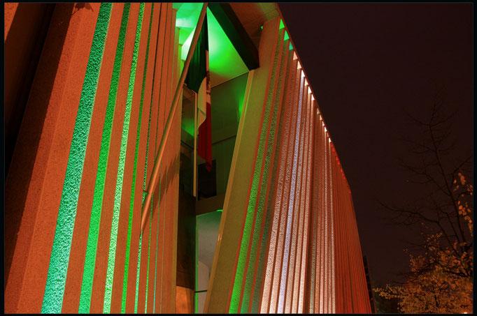 Ambasada Meksyku w barwach narodowych
