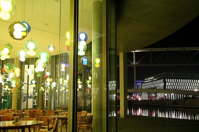Gra swiatel w kawiarence centrum rzadowego