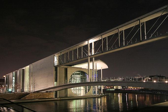 Most dla pieszych laczacy oba brzegi Sprewy