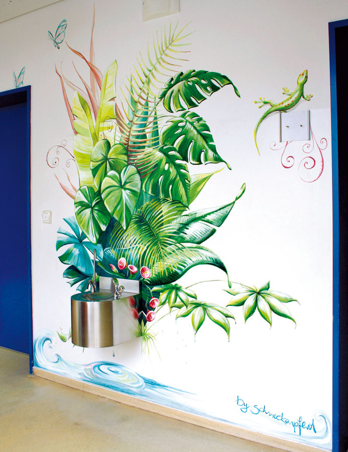 Wandmalerei/Mural in der Grundschule Weixdorf. Die Pflanzen wachsen und quellen aus dem Trinkbrunnen heraus.