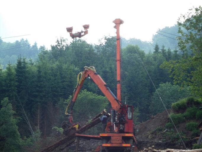 Mit schweren Maschinen wird versucht noch Holz zu retten.