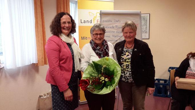 Hildegard Schuster (li) Margret Grün (re) gratulieren Gabriele Fluck