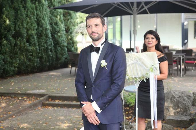 Bräutigam-Hochzeitsrednerin Peri