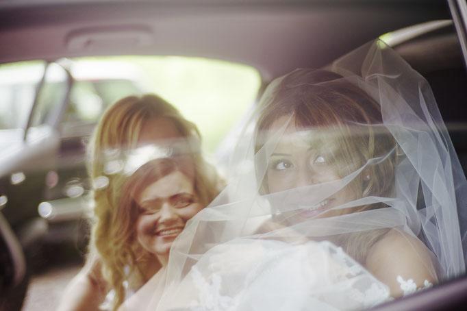 Braut im Auto-glücklich