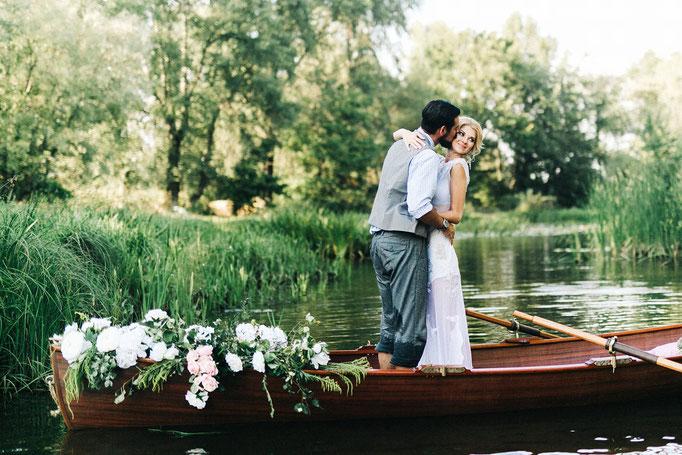 Brautpaar-Ruderboot-Kuss-Foto Shutterstock
