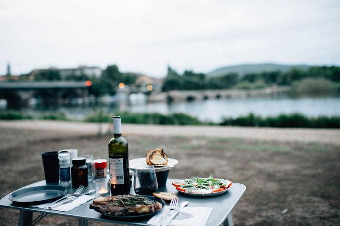 Abendessen mit Aussicht auf die alte  Römerbrücke bei Fertilia