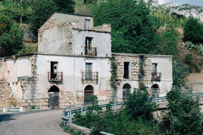 Verlassene Häuser entlang der Bergstraßen