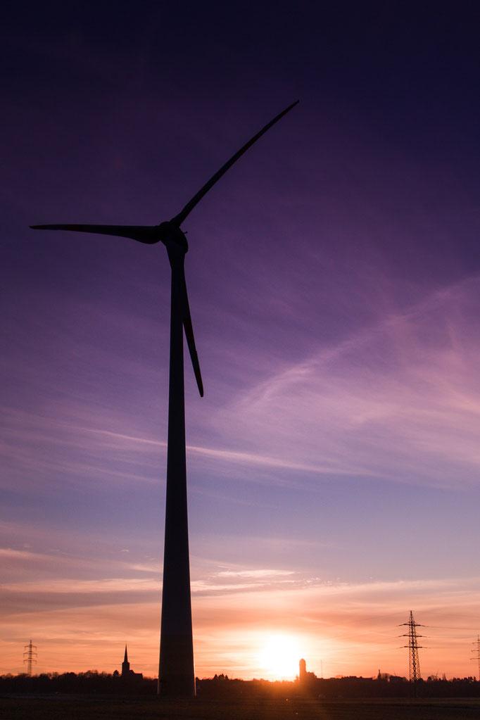 Windrad Birk der Firma Rea Düren während des Sonnenuntergangs