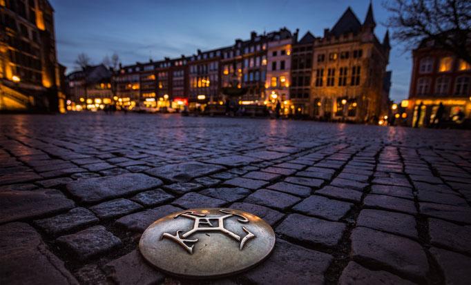 #34 Marktplatz mit dem Karolinger Monogram