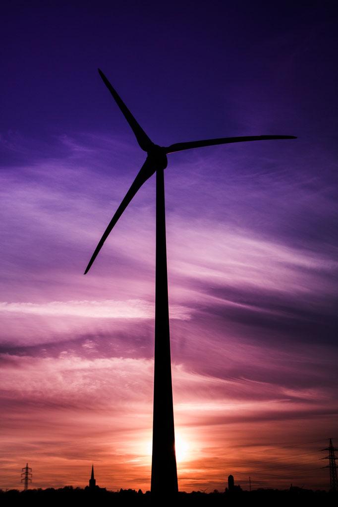 W28 - Windrad Birk der Firma Rea Düren während des Sonnenuntergangs