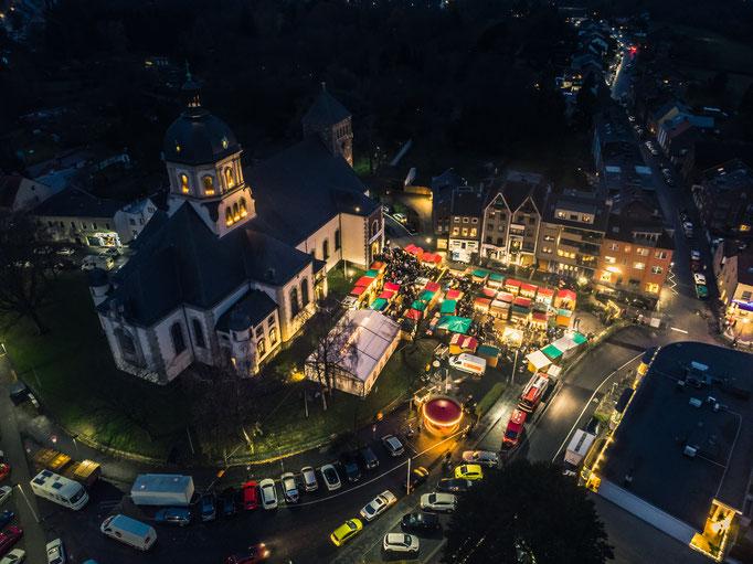 Weihnachtsmarkt mit Heliumballon und Gopro