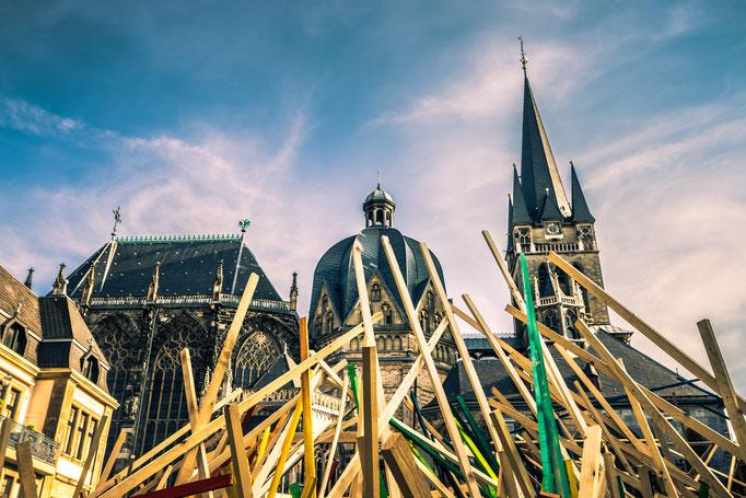 Aachener Katschhof mit dem Archimedischen Sandkasten und dem Holzgerüst