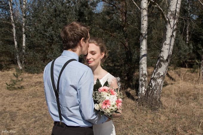 Braut steht vor Bräutigam