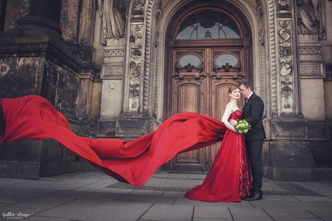 das Brautkleid fliegt im Wind