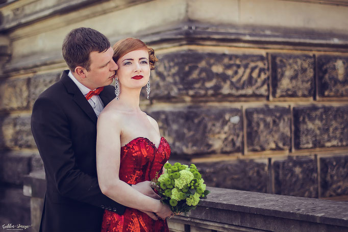 Bräutigam umarmt seine Braut