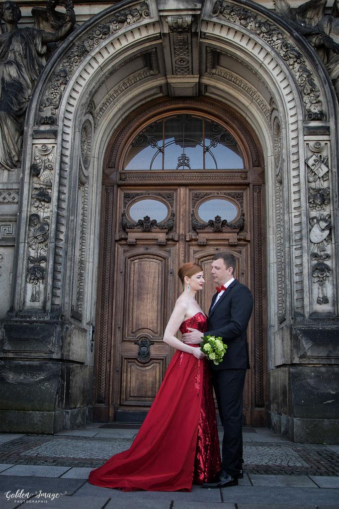 Brautpaar steht vor dem Eingang des Museums